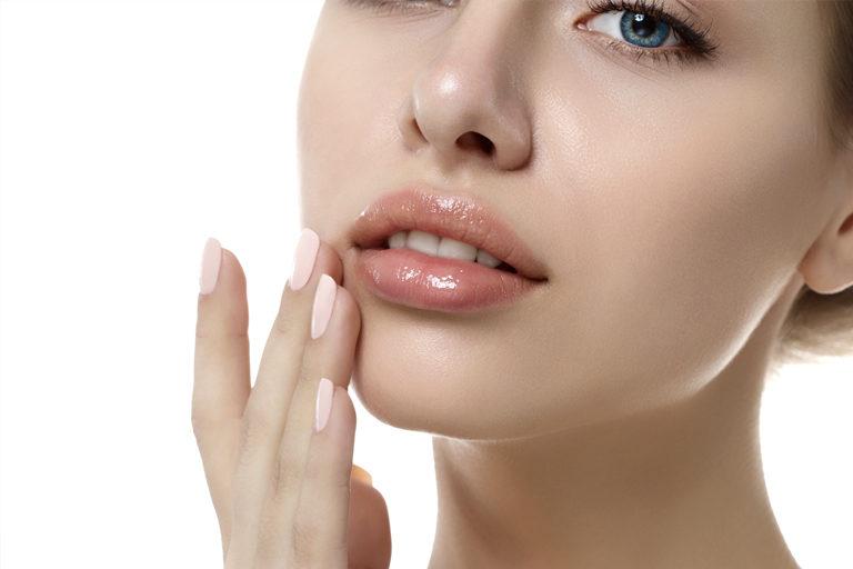 Relleno labial con ácido hialurónico