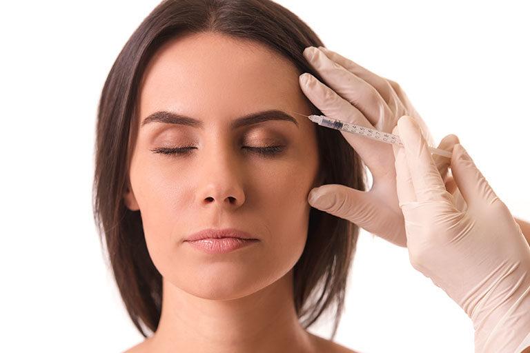 Clínica estética Maestro. Chica se somete a una inyección después de dudar entre ácido hialurónico o bótox
