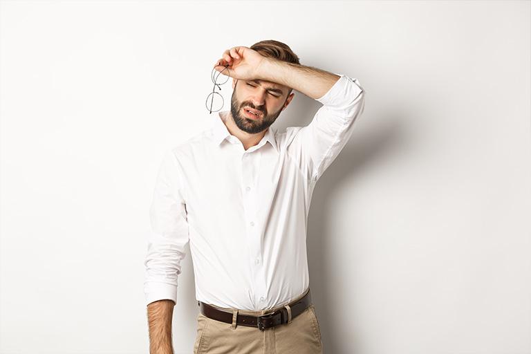 Clinica estetica maestro. Hombre para sus actividades diarias por culpa de su hiperdrosis